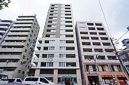 建物外観(H29.5撮影)/東横線・東京メトロ日比谷線「中目黒」駅より徒歩4分の立地、一階はコンビニエンスストアでお買い物に便利です