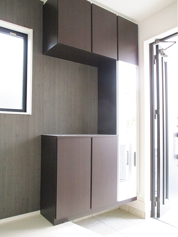 【同社施工例】玄関は収納力の高いシューズボックスがあり、すっきり片付きます