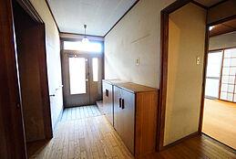 前面道路からの日当たりが良いため、玄関はもちろん、道路に面している居室は日当たり良好です。