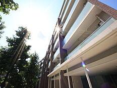 高級住宅街、久我山駅より15分。日当たり良好な大型マンションです。屋上庭園、シアタールームやパーティールーム、フィットネス施設を完備。????豊富な収納、床暖房に食洗機と内装の仕様も魅力的。