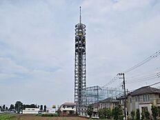 田無タワーの愛称で呼ばれるスカイタワー西東京です。電波塔の役目だけでなく、翌日の天気も予報してくれます。晴れが紫色、曇りが緑色、雨が青色。一度、ご体感ください。