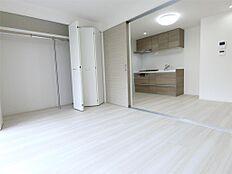 洋室とダイニングは引き戸で仕切られます。オープンにして使用すればリビングとしても利用できます。
