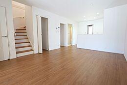 リビングに階段があり、ご家族の帰宅を確認できます。