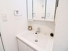清潔感のある洗面台はお掃除がしやすく、毎日気持ちよくご使用いただけます