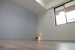 洋室にはアクセントクロス施工予定です。一日の、人生の三分の一を過ごす部屋だからこそ拘りたい。そんな思いから当社は洋室にアクセントクロス」を設置します。自己主張せず周囲の色を引き立てるブルーカラーです。