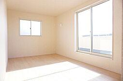 洋室8帖。窓か...