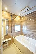 浴室には嬉しい窓付きで換気もバッチリですね。