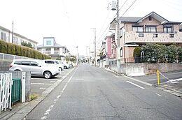 南東側幅員約6mの前面道路です。