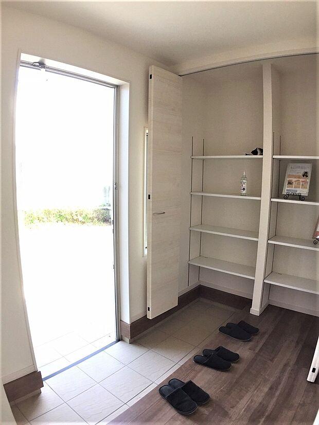 玄関にはご家族の靴をたっぷり収納できるシューズボックスをご用意。玄関先をいつも綺麗に保てます。