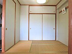 和室:一間の押入と天袋を備えた使い勝手のより和室となっております。