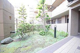 緑豊かな住まいをイメージした外観には、重厚感あふれる高級住宅の印象を与えてくれます。