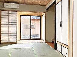 「和室:1階」6帖の和室には神棚や床の間に加え、縁側まである趣きあるお部屋です。