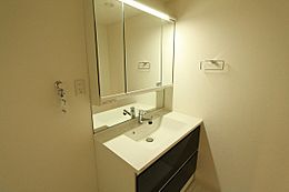 白を基調とした清潔感のある洗面台