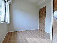 約4.1帖・洋室。玄関入って直ぐのお部屋です。お子様の寝室やゲスト用にも。