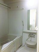 真っ白な浴室給湯器も新規交換されており、突然お湯が水に変わったなんてハプニングも無いでしょう。