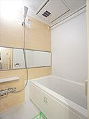 浴室換気乾燥機付でカラッとした状態が保て、カビが繁殖しにくいです。雨の日のお洗濯物も乾きやすいです。