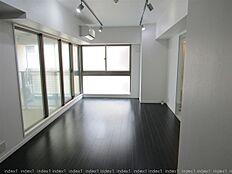 大きな窓で室内開放的 スタジオタイプのお部屋です