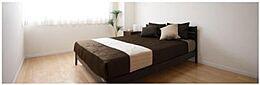 約5.8帖の寝室、収納たっぷりできるクローゼット付きで収納に困ることなく広々とした空間でリラックスできます。