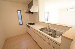 対面式のシステムキッチン。収納スペースもたっぷりで、毎日楽しく快適にお料理ができそう。
