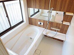 1階の浴室はユ...