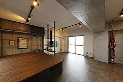 寝室は下部が収納となった空間を有効活用したプライベート・スペース。梁の部分にフェンス収納を設置