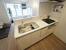 食器洗浄乾燥機・浄水器一体型のシステムキッチンです。対面キッチンでLDが見渡せます。