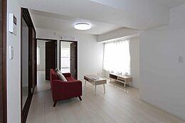 キッチン側からのリビングの様子です。奥の洋室は南向きなので、扉を開放すれば更に明るい空間に