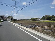 当該物件北側、前面道路。田んぼが広がっています。