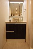 シックな木目調扉が美しい洗面台