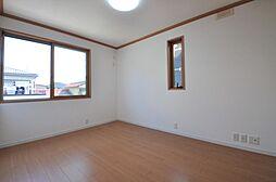 北東側約6帖ある洋室です。2面採光のため明るく風通しの良いお部屋です。