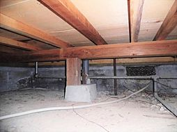 住宅に瑕疵(雨漏り、構造部分の欠陥や腐食など)があった場合は、弊社が引き渡しから2年間保証します。その前提で床下まで確認の上でリフォームし、シロアリの被害調査と防除工事もおこないます。