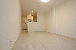 フローリングも明るい色味でお部屋は広く感じます。長方形で家具の配置を楽しめそう