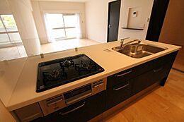 開放感のある対面式キッチン