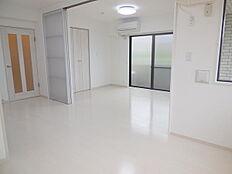 DKと洋室の間仕切を開放すれば約15帖の開放的な空間になります