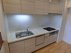 グリル付3口コンロのシステムキッチンは食器洗浄乾燥機・浄水器付一体型です。