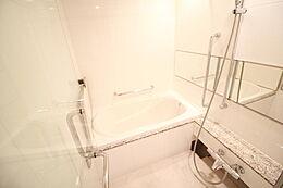 お湯がさめても安心の追い炊き機能付き浴室です。