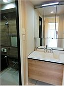 2017年7月に新規交換された洗面化粧台です。ワイドな鏡にたっぷりの収納スペースが備わっています。