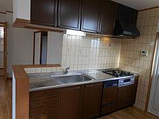 機能的なワークスペースを実現した対面式キッチンです。