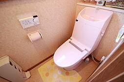 浴室と統一感のあるトイレは手洗いも備わっていて便利です。