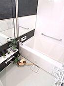 新規交換のバスルーム。ワイドミラー、浴室乾燥機、追いだき機能付きです。