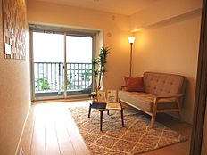 約4.7帖の洋室です。バルコニーに面しておりますので、明るい陽射しをたっぷりと感じられそうです。