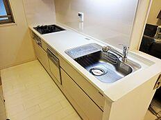 白を基調とした横幅のある大きなキッチンで、毎日のお料理も楽しくできますね。食器洗い乾燥機付きで家事がしやすいキッチンです。