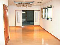 リビングの向こうは床の間付き和室の続き間です