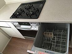 東向き窓付きのカウンターシステムキッチン。食洗器を備えており、便利にお使いいただけます。