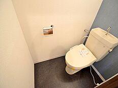 洗浄暖房便座のトイレはアクセントクロスで、お部屋の間取りにメリハリをつけています。