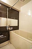 ユニット一式交換済で清潔感のあるバスルーム