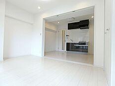 5.5帖の洋室は可動式間仕切りで開放すれば大きなリビングとして利用できる。