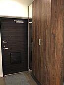 散らかりがちな玄関もスッキリの玄関収納付き。鏡付き収納のためお出かけ前の身だしなみにも最適