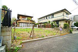 周囲の住宅も敷地に余裕があり、開放感があります。