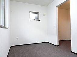 洋室5帖。写真右のウォークインクローゼットは奥の5帖洋室と繋がっています。